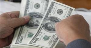 عميل يعد دولارات في مصرف بفيتنام - ارشيف رويترز