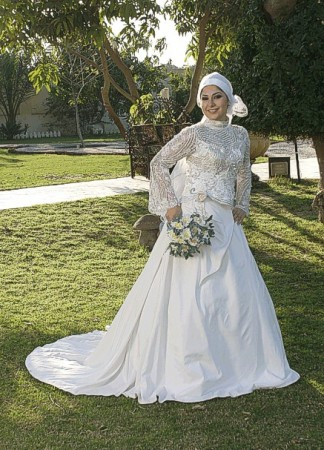 جهدها لتختار فستان زفاف جميل ومناسب لجسمها ولكن بعض الفتيات