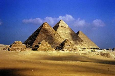 صور الأهرامات وسماء صافية
