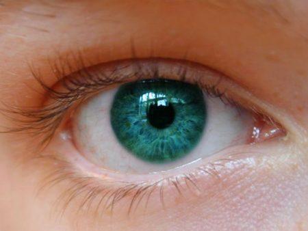 عين باللون الاخضر (1)