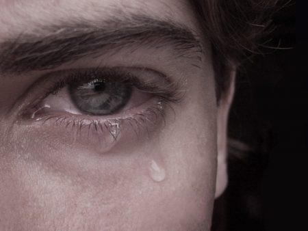 عيون تبكي (1)