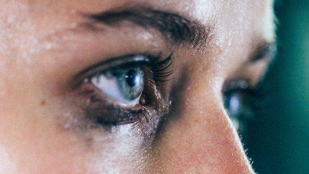 عيون تبكي (3)
